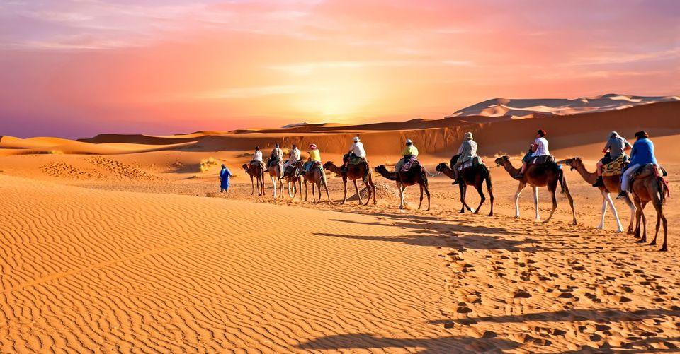 Dans le désert, vivez la femme sauvage et l'homme inspiré